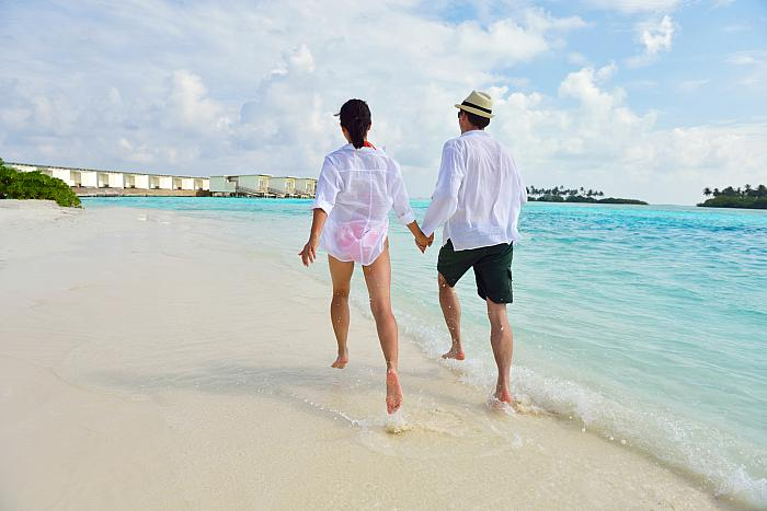 kozzi-happy young couple have fun on beach-2386x1592 (1)